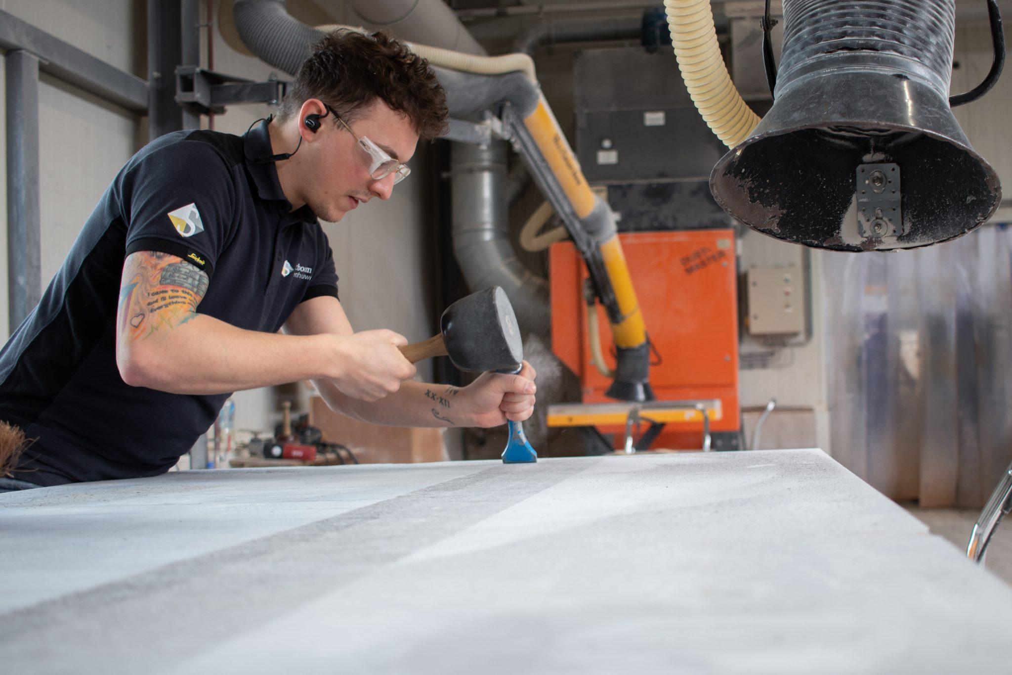 Het frijnen van de oppervlakten is een intensieve klus waarvoor de nodige concentratie vereist is.